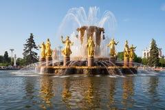 Springbrunn som dekoreras med guld- statyer Arkivfoton