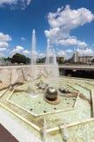 Springbrunnar framme av den nationella slotten av kultur i Sofia, Bulgarien royaltyfri fotografi