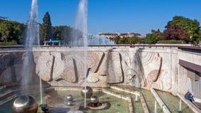 Springbrunnar framme av den nationella slotten av kultur i Sofia, Bulgarien arkivbild