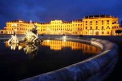 Springbrunnar framme av den Schonbrunn slotten i Wien Royaltyfri Foto