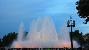 Springbrunnar i fyrkanten av Spanien i Barcelona St?lle av pilgrimsf?rden f?r turister fr?n hela v?rlden arkivfilmer