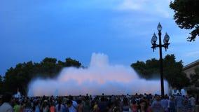Springbrunnar i fyrkanten av Spanien i Barcelona St?lle av pilgrimsf?rden f?r turister fr?n hela v?rlden lager videofilmer