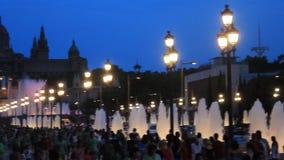 Springbrunnar i fyrkanten av Spanien i Barcelona St?lle av pilgrimsf?rden f?r turister fr?n hela v?rlden stock video