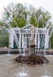 Springbrunnar i Petergof parkerar, St Petersburg Arkivfoton