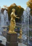 Springbrunnar med statyer i Peterhof Arkivfoto