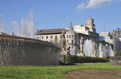 Springbrunnar och byggnader i Placa De Catalunya. Barcelona. Spanien arkivbild