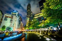 Springbrunnar och byggnader på natten på Columbus Circle, i Manhatta Arkivfoto