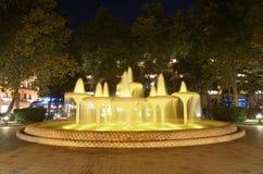 Springbrunnar och parkerar i staden av Baku Azerbaijan arkivfoto