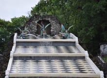 Springbrunnar och slottar av det Peterhof schackberget applåderar Arkivfoto