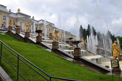 Springbrunnar och slottar av Peterhof Arkivbild