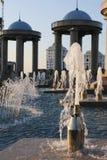 Springbrunnar och stenpaviljonger med blåttkupoler Arkivbild