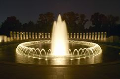 Springbrunnar på U S Världen kriger II som den minnes- fira minnet av världen kriger II i Washington D C På skymning royaltyfri bild