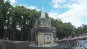 Springbrunnar parkerar in Peterhof lager videofilmer