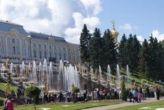 springbrunnar Statyer och monument av St Petersburg StadsSt Petersburg arkitektur Springbrunnar i gatorna och fyrkanterna Royaltyfria Foton