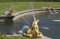 Springbrunnarna av Peterghoff Arkivfoto