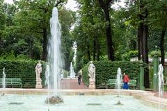 Springbrunnarna av sommarträdgården Helgon Peteburg Arkivbild