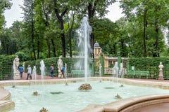 Springbrunnarna av sommarträdgården Helgon Peteburg Royaltyfria Foton