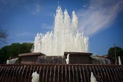 Springbrunncloseupen i centrala Scherbakov parkerar av kultur och fritid i Donetsk arkivfoton