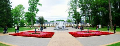 Springbrunndansen med musik och att ändra färgar i den Druskininkai staden royaltyfri foto