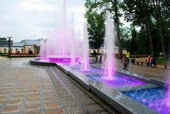 Springbrunndansen med musik och att ändra färgar i den Druskininkai staden arkivbilder