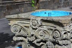 Springbrunndetalj i gatan Arkivbild