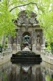springbrunnen arbeta i trädgården den luxembourg medicien paris arkivbilder