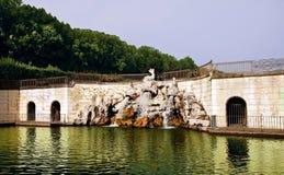 Springbrunnen av delfierna, i Royal Palace av Caserta, Italien Royaltyfri Bild