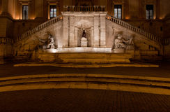 Springbrunnen av gudinnan Roma vid natt Arkivbild