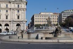 Springbrunnen av najaderna på piazzadellaen Repubblica Arkivbilder