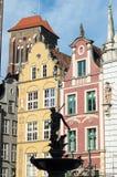 Springbrunnen av neptune och Mariacki kyrktar i Gdansk Royaltyfri Foto
