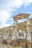 Springbrunnen av Trajan som är hängiven vid Aristion. Platsen och fördärvar av Ephesus Arkivbilder