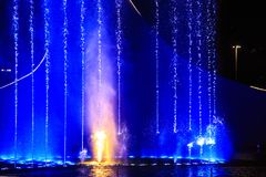 springbrunnen exponerade natt ljust showvatten Arkivbild
