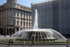 Springbrunnen för monumentalGenoa` s av Piazza De Ferrari, för en tid sedan återställd, royaltyfri foto