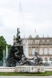 Springbrunnen figurerar framme av slotten Herrenchiemsee Fotografering för Bildbyråer