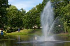 Springbrunnen från vatten i en stad parkerar Arkivfoto