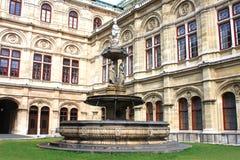 Springbrunnen framme av den Wien operan Arkivbild