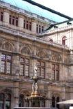 Springbrunnen framme av den Wien operan, Wien, Österrike Arkivfoto