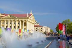 springbrunnen i bakgrunden av slotten av kultur av fackföreningar är huset av kultur av handeln royaltyfria foton
