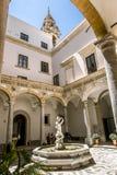 Springbrunnen i borggården av det arkeologiska museet i PA Arkivfoto