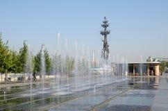 Springbrunnen i den Krymskaya invallningen royaltyfri foto