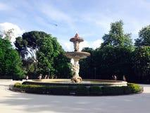 Springbrunnen i Retiro parkerar Madrid Spanien Royaltyfri Fotografi