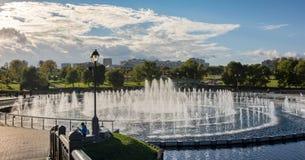 springbrunnen i slotten och parkerar helheten Tsaritsyno i Moskva Royaltyfri Bild