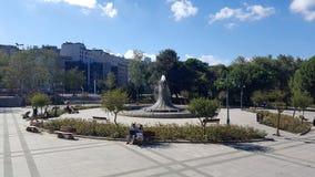 Springbrunnen i Taksim Gezi parkerar Taksim Gezi Park är ett stads- parkerar bredvid den Taksim fyrkanten royaltyfria foton