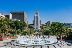 Springbrunnen i tusen dollar parkerar, och det Los Angeles stadshuset royaltyfri bild