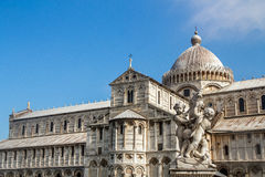 Springbrunnen med ängel i piazzadeien Miracoli Pisa Arkivfoto