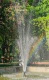 Springbrunnen med regnbågen parkerar offentligt Arkivbild