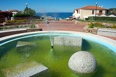 Springbrunnen med vattenfärgstänk och den geometriska granitstenen för insida formar Fotografering för Bildbyråer