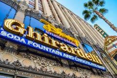 Springbrunnen och choklad för teckenGhirardelli sodavatten shoppar den Hollywood blvden, Los Angeles, Kalifornien Fotografering för Bildbyråer
