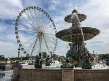 Springbrunnen och ferris rullar in stället de la Concorde, Paris Royaltyfri Bild