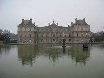 Springbrunnen och framdelen av Palaisen du Luxembourg, Paris arkivbilder